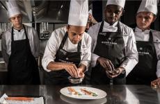 Secondo da sinistra, Luigi Salomone, 30 anni, con parte della nuova brigata del ristorante Re, Santi e LeonidiNola, Napoli(Le foto sonoa cura di Alessandra Farinelli)