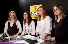 Marta, Francesca e Chiara Bonazza(seconda da sinistra, la giornalista Cristina Viggè), titolari della PasticceriaLe Notedi Trento (foto di Enrica Guariento)
