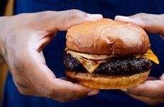 Il Noma Cheeseburger, simbolo dell'apertura soft del Noma di Copenhagen, giovedì 21 maggio prossimo. Costerà 125 corone in modalità asporto, 150 al tavolo. Circa 17 e 20 euro. Le foto sono di DitteIsager