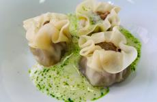 We are all connected under one roof, ovvero Dumpling di pancia di maiale affumicata con vongole di Goro su clam chowder con olio alle erbe, un piatto magnifico dell'ultimo menu dell'Osteria Francescana di Modena