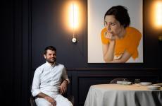 """Oggi, 2 giugno, riparte l'Enrico Bartolini al Mudec, tre stelle a Milano: """"Al terzo piano delMudecmi sento a casa. Pronto a dare il meglio di me stesso. Insieme al mio splendido team stiamo infatti cucinando dei piatti incredibili, che adoro e che non vedo l'ora di poter condividere con gli amati ospiti. Sì, perché abbiamo gran desiderio di riprendere a deliziarvi con gusto Contemporary Classic, scrive lo chef sulla sua pagina Facebook"""