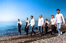 Foto di gruppo degli Izzo con Luigi Salomone e collaboratori sulla spiaggia di Castellammare di Stabia, la città del loro Piazzetta Milù