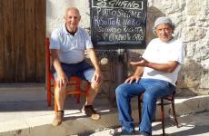 A destra, Carmelo Chiaramonte davanti all'Osteria Caro Melo, Donnalucata, comune di Scicli (Ragusa). Tutte le foto sono tratte dalla pagina facebook del ristorante