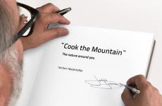 Norbert Niedekofler mentre firma una copia del suo Cook the Mountain - The nature around you, libro che riassume le idee dello chef sudtirolese e innervano la fantastica cucina del suo St.Hubertus, tre stelle a San Cassiano