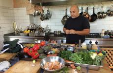 Ezra Kedem, 54 anni, è nato a Gerusalemme da una amiglia di origine irachena. Dal 1995 al 2014, ha condotto il suo ristorante Arcadia nel cuore di Gerusalemme. Da poco temposi è trasferito a Ein Kedem, a poca distanza dalla Città Santa. Kedem terrà lezione a Identità di Pasta domenica 24 marzo, ore 11.30