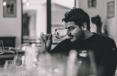 Alessandro Perricone: 32 anni, vive da 9 anni a Copenhagen, dove, assieme ai suoi soci, tra cui lo chef Christian Puglisi, ha 4 ristoranti (relæ,Manfreds, Bæst eMirabelle), una compagnia che importa e distribuisce vini dall'Italia, Francia e Spagna (Vinikultur) e una fattoria i cui prodotti diventano le materie prime per i loro ristoranti (Farm of Ideas)