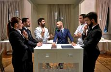Thomas Piras, al centro con giacca e cravatta, tra Matias Perdomo,Simon Press e altri elementi dello staff del Contraste, ristorante milanese di grandissimo successo