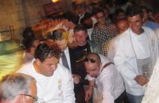 Una foto di qualche anno fa, con Gennaro Esposito al centro del fantastico e gioioso caos di Festa a Vico, che quest'anno, nell'edizione che si tiene dal 29 al 31 maggio, compie 13 anni