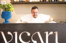 Salvatore Vicari dietro al bancone del suo ristorante Vicari a Noto (Siracusa)
