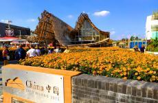 Il padiglione cinese a Expo 2015 è il più vasto, dopo quello tedesco. Vuole raccontare il grande Paese che trova il proprio equilibrio tra passato e futuro, tradizione e modernità