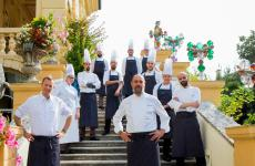 Lo chef Marco Perez, al centro, con la brigata dall'Amistà 33, ristorante gastronomico del Byblos Art Hotel in Valpolicella. Il posto è favoloso e la cucina non è da meno: assolutamente contemporanea, intelligente, armonica, per nulla provinciale ma saldamente legata all'Italia. Vi raccontiamo la nostra esperienza