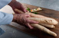 Le radice amareche consentono a Simone Salvini, cuoco vegano toscano, di dar forma a una quasi-bruschetta