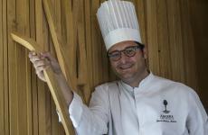 Juan Antonio Medina, 46 anni, chef del ristorante A'Barra di Madrid, una stella Michelin, di proprietà di Joselito, uno dei più buoni prosciutti del mondo. Per l'Hub di Identità, Medina ha preparato un menu di 4 portate, a 75 euro vini inclusi. Per prenotazioni clicca qui