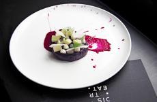 Barbabietola, mela verde e pecorino romano: il piatto dell'inverno di Andrea Tirelli e Federico Sordo(phRea Fernando / Melting Spot)