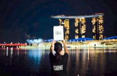 Il brand CARNE di Mauro Colagreco sta per atterrare anche a Singapore (sullo sfondo, le tre celebri torri di Marina Bay). Questo è parte di una strategia che punta all'Estremo Oriente. La scelta dell'Asia per l'espansione di questo progetto non è infatti casuale: la sovrappopolazione e gli attuali modelli di produzione e di consumo degli alimenti sono una sfida per il modello rivoluzionario che questa catena di fast-food, che rispetta e promuove i pilastri della gastronomia sostenibile, vuole proporre e diffondere.