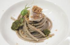 Lo Spaghettone dei poveri congallinella di mare ebottarga di tonno di Vibo Valentia diClaudio Villella, chef del ristoranteL'Olimpodell'hotel Perla del Portoa Catanzaro