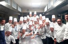 Gianluca Gorini (il primo da sinistra) e Paolo Lopriore (il secondo da destra) con i ragazzi del Corso Superiore di Cucina di ALMA e parte dello staff della Scuola di Colorno (Parma) [Foto diALMA – La Scuola Internazionale di Cucina Italiana]