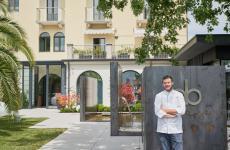 Peter Brunel davanti al suo nuovo ristorante, appena inaugurato