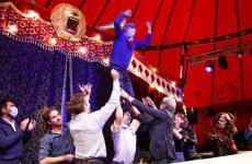 Massimo Bottura, coinvolto dai membri del Circo MagdaClan, durante l'inaugurazione di Al Mèni 2020