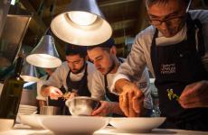 Roberto Petza con Stelle in Marmilla spiega nelle piazze dei paesini della sua terra perché la cucina oggi può essere un'occasione di riscatto economico e sociale. Nella foto (di Alessandro Congiu, come tutte le altre), lo chef è intento a preparare la cena che precede l'appuntamento in piazza