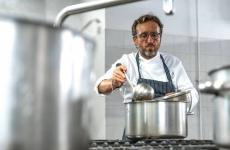 Emanuele Vallini è lo chef-patron de La Carabaccia a Bibbona (Livorno)