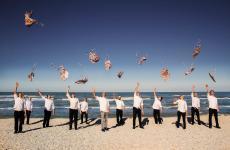 La brigata della Madonnina del Pescatore, a iniziare da Moreno Cedroni, sulla spiaggia di Marzocca, Senigallia