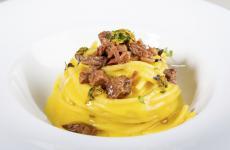 Ha luogo oggi a Dubai la ventesima edizione del World Pasta Day.Nella foto, lo Spaghetto Milano creato daAndrea Ribaldonenel 2015 a Identità Expo, un filone che avrà un degno seguito all'Hub di via Romagnosi, martedì 30 ottobre prossimo (foto OnStageStudio)
