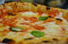 Un dettaglio di una Margherita della pizzeria cilentana Da Zero, una delle novità degli ultimi mesi a Milano