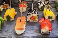 Una proposta fresca del brunch - lato dolce, curato daDario Nuti- delRome Cavalieri: è ilFrushi,sushi di frutta con il riso cotto alla mandorla e la frutta che, in osmosi, diventa polposa e assume un aspetto simile a carne o pesce