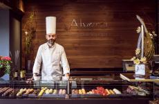 Il maestro Massimo Alverà dietro al bancone della sua pasticceria di Cortina d'Ampezzo. È ripartito di slancio dopo lo stop dei mesi scorsi