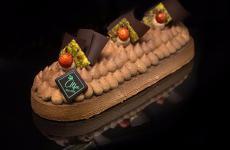 Sapori di Sicilia, una delletortìe signature della pasticceria Alfa di Palermo:base sablée, frangipane alle mandorle, fragole spadellate al Cointreau, bavarese al pistacchio, composta al mandarino e mousse al cioccolato al latte