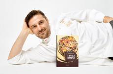 Francesco Elmi col suo libro I miei dolci, edito da Minerva (per acquistarlo online clicca qui)