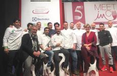 Niko Romito (un po' defilato, sulla destra) sul palco di Meet in Cucina Abruzzo 2019, insieme a dodici ex studenti della sua Accademia che hanno poi aperto un proprio locale nella regione. In primo piano si riconoscono Fulvio Marcello Zendrini, che ha introdotto Romito sul palco, e Nerina di Nunzio che ha condotto l'intervento del cuoco abruzzese