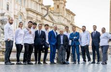 Il team del Pipero, il ristorante romano guidato da Alessandro Pipero, al centro nella foto, con chef Ciro Scamardella, alla sua sinistra