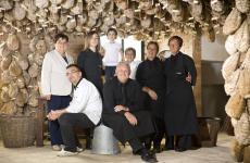 Enrico Bergonzi, seduto a sinistra, con la sua famiglia, tre generazioni che preseguono (o proseguiranno) il lavoro iniziato 240 anni faAl Vèdel, ristorante di tipicità emiliane, e al Podere Cadassa, che produce grandi insaccati a Colorno, Parma