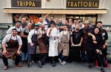Il team che ha cucinato e servito in sala martedì scorso da Trippa a Milano la cena a 26 mani (46, contando i camerieri e il sous chef)Amici Miei(foto Trippa/facebook)
