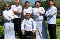 Dario Abbate, executive chef del Mandarin Oriental di Bodrum. È quello seduto, circondato dal suo staff