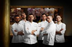 La brigata di cucina del neonatoGiulia Restaurant, invia Giulia 245/249a Roma. Terzo da sinistra, lo chefPierluigi Gallo