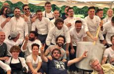 Foto di gruppo dei cuochi che hanno cucinato il risotto alla sesta edizione dellaGiornata della raccolta delle ciliegie, evento organizzato dallaRiserva San Massimodi Dino Massignani(in basso a destra)