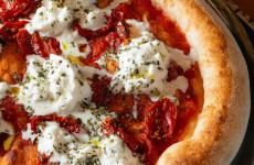 «One of our most popular pizzas… It it because burrata, added at the end, is the solution to all of the summer problems?!». These are the words ofDaniele Donatelli, two restaurants in San Giovanni Lupatoto (Verona),Donatelli 3011andDonatelli Pizza & Birra