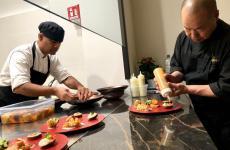 Haruo Ichi Ichikawa e il suo secondo James, al banco sushi diIchikawa, locale che apre questa sera invia Lazzaro Papi18 aMilano, telefono+390247750431
