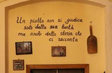 Una scritta sui muri de La Madia, particolarissimo ristorante del Bresciano