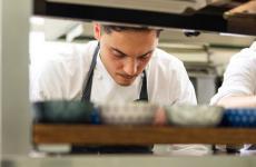 Daniele Lippi al lavoro. Dallo scorso anno è lo chef di Acquolina a Roma, indirizzo gastronomico del lussuoso hotel The First Roma Arte, in via del Vantaggio 14. Ha preso il posto del compianto Alessandro Narducci