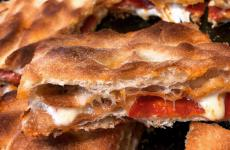 Una delle pizze della Pizzeria Campana dal 1990 di Corigliano Calabro (Cosenza). L'appassionato titolare, Daniele Campana, spiega: «Per essere perfetto, l'ingrediente che voglio deve avere un sapore specifico che possa ricondurre il ricordo a un determinato luogo e a una determinata esperienza del passato, che magari abbiamo accantonato»
