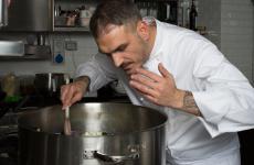 Roberto Di Pinto al lavoro nella cucina del suo Sine, a Milano (foto Modestino Tozzi)