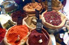 Atene è un caleidoscopio di colori, profumi, aromi. E' bello perdersi nei suoi mercati, dove il legame col mondo arabo e orientale è testimoniato dalla ricchezza di spezie. Vi raccontiamo il nostro viaggio