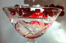 This Kir Martini is a classic Martini cocktail sweetened with crème de cassis, which is also part of the decoration. It's one of the four cocktails that Fabiano Omodeo presents in view of the coming holiday toasts