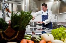 Agostino Buillas nella cucina del Cafè Quinson, che si regge tutta sulle sue spalle