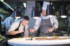 Luca Mattioli, a destra, al pass con Antonio Buono, co-chef di Colagreco