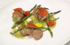 Animelle, asparagi alla brace e selvatici, ravanelli al limone: la ricetta primaverile di Valeria Piccini